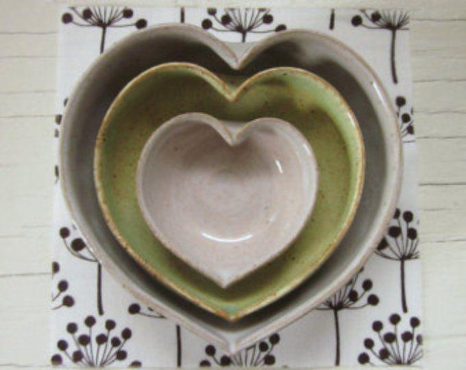 corazón de cerámica de anidación tazones de fuente de 4 pulgadas - blancos con verde primavera