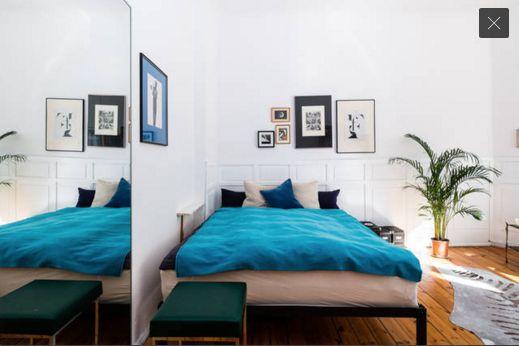 Ein tolles Schlafzimmer! Das leuchtende Türkis der Tagesdecke bringt Frische in den Raum. Schön dekoriert mit einer Zimmer-Palme und gerahmten Bildern! #schlafzimmer #einrichten #deko #idee #türkis #farben