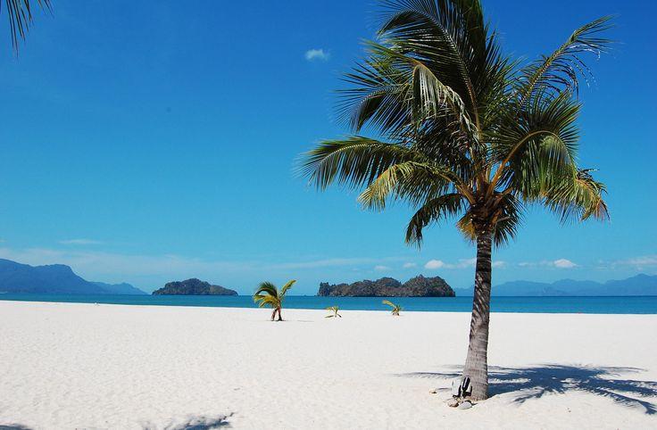 7- La Malaisie s'impose chaque année comme une destination de plus en plus prisée, notamment pour ses plages. Celle de Tanjung Rhu est sauvage et offre un panorama idéal sur les masses rocheuses qui semblent jaillir de l'eau.