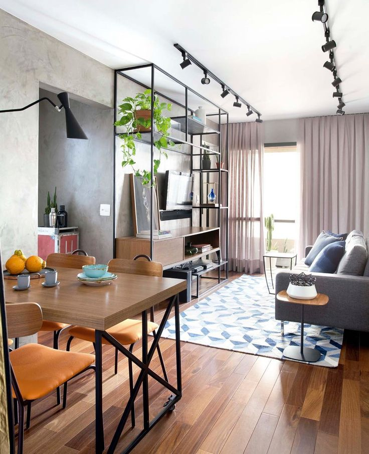 Tudo no lugar mesmo numa sala pequena com iluminação em trilho e estante vazada elementos que trazem modernidade ao espaço Por @mandrilarquitetura #decor #living
