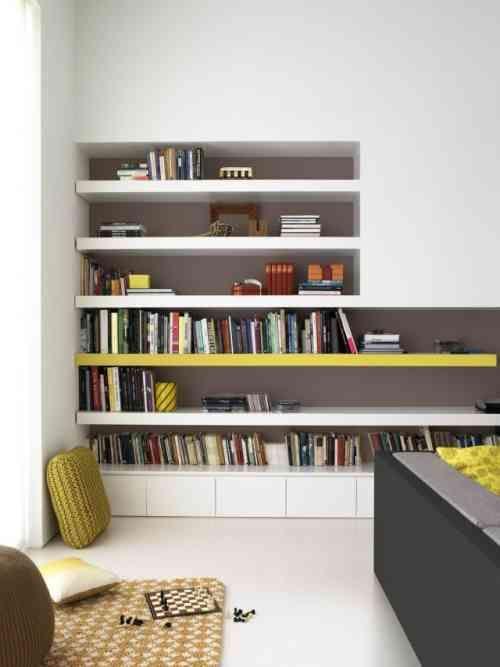 un revêtement de sol en résine blanche et une bibliothèque en blanc et jaune