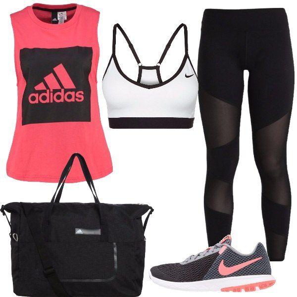 Look composto da top rosa con scollo tondo e stampa abbinato ad un reggiseno sportivo bianco e nero e a un leggins nero con trasparenze, scarpe da corsa grigie e nere con dettagli rosa. Il tutto è completato da un borsone nero.