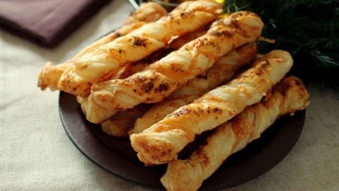 Домашние чипсы, сырные палочки и другие простые закуски, сочетающиеся с пивом и вином