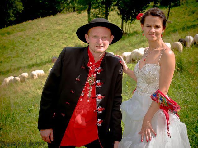 Parzenica - poilsh folk motif  Photo - wedding album Paulina and Stefan Olejniczak http://www.soutage.com/2015/08/cubryna-aplikacje.html #parzenice #ślub #wedding #pannamłoda #czerwony #ludowe #folk #koral #coral #onyks #onyx #polish #jacket #parzenica #earrings #kolczyki #white #biały #necklace #naszyjnik