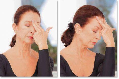 Dieser einfache Massagegriff hilft gegen die Zornesfalte und macht eine glatte S…