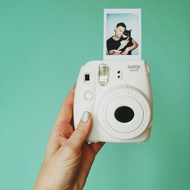 De roze, witte, gele en zwarte Instax camera's zijn nu verkijgbaar in onze webshop voor maar 59 euro.