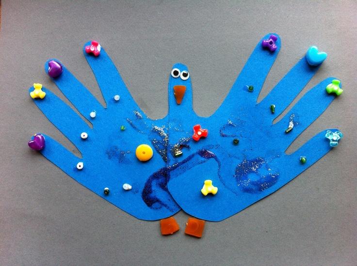 Udklip af hænder pyntet og ligner en påfugl. Set på bloggen hobbyamok.