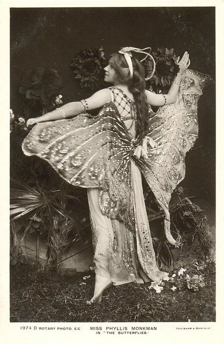 Dans 'The Butterflies' ('Les papillons'), 1908 (via : fanpop)  Phyllis Monkman (1892-1976), était une actrice et danseuse britannique.