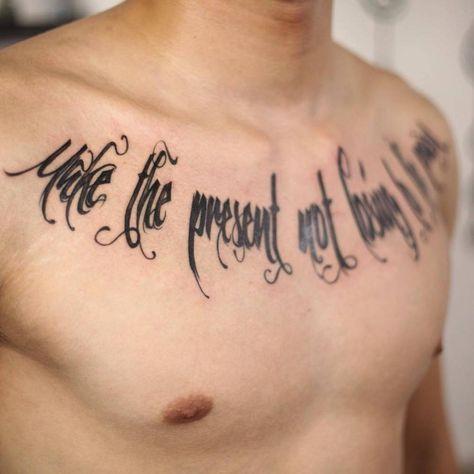 """Tatuaje que dice """"Make the present not losing to the past"""" (""""Haz el presente sin perder al pasado"""") situado en el pecho."""