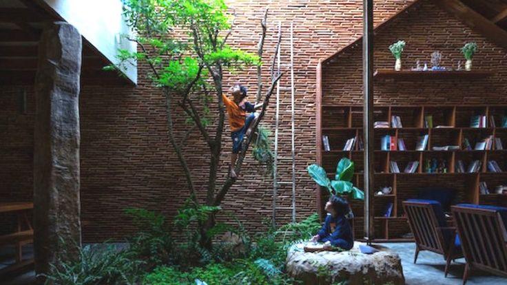 Les architectes de 3 D Atelier ont imaginé et construit au Viet Nam une maison avecdes arbres dans la plupart des pièces. Son nom : Uncle's House. Mais pourquoi vouloir un jardin à l'intérieur ?    Les