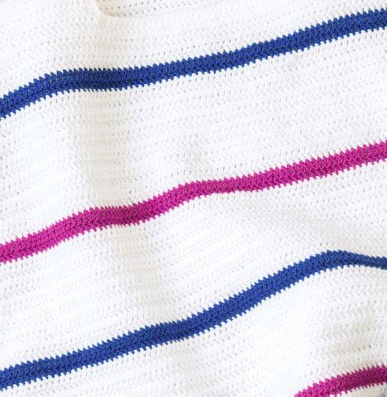 Cap sur la tendance avec cette marinière revisitée ! Parfait pour les vacances, ce pull en Laine DETENTE coloris blanc, navy et fuschia sera synonyme de soleil et de bonne humeur !Modèle n°25 du catalogue n°142, modèles au crochet, printemps-été 2017