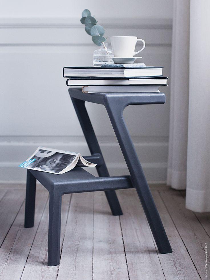 MÄSTERBY köksstege/pall i grått fungerar även som avlastningsbord bredvid sängen.