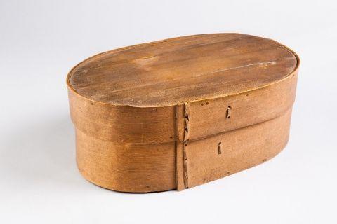 Softwood mailing box, sewn with cane, 1825-1875. | Openluchtmuseum Arnhem