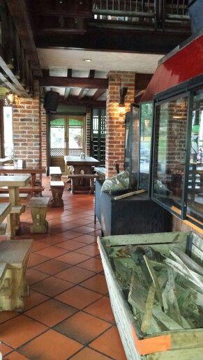 Es la cafetería en Medellin Columbia. Tiene es almorzar.
