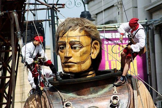 巨大な少女の操り人形が父を探す為に町を練り歩く。英リバプール「Sea Odyssey」(画像 動画) : カラパイア