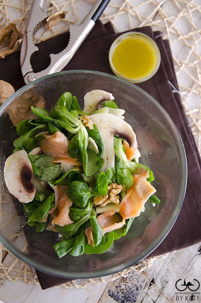 Insalata di songino salmone noci e funghi. Facile veloce e gustosa, un'ottima insalata con protagonista il songino o valeriana, da mangiare per ritrovare la linea in vista della prova costume.