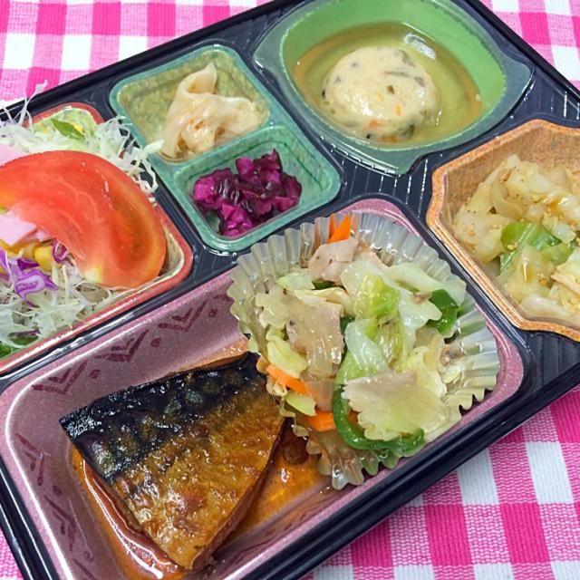 鯖の梅煮 塩だれ野菜豚焼肉炒め 五目豆腐のあんかけ キャベツとササミのポン酢あえ サラダ、漬物他  ごはんは「あいちのかおり」を使用しています。  豊川市の宅配弁当店です。 豊橋市の一部にも定期宅配可能です。 詳しくはお問い合わせください。  代表の近況報告:昨日は胃の透視検査で初めてバリウムを飲みました。最後に飲まされる粉と水がくせ者ですな。辛かった。でも異常なしと分かり一安心です。 あ、求人も引き続きやってます。 #調理師 #求人 #豊川市 - 11件のもぐもぐ - 鯖の梅煮 日替わり弁当 豊川市の宅配弁当店 by kurita820E3f