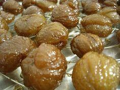 Marrons glacés maison. Ingrédients : 1kg de marrons épluchés (crus, surgelés, chez Picard)-2 litres d'eau minérale-2kg de sucre de canne-1 gousse de vanille coupée en petits morceaux. Recette sur le site.
