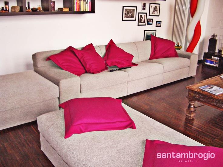 #Sofà e pouf con #cuscini rosa!  Divani e poltrone su misura  Pinterest