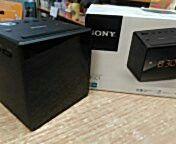 Radio reloj Sony. A corriente, AM/FM, despertador con radio o zumbido gradual, diseño de cubo, ajuste automático a la hora de verano, control de brillo. PVP 29,90 euros