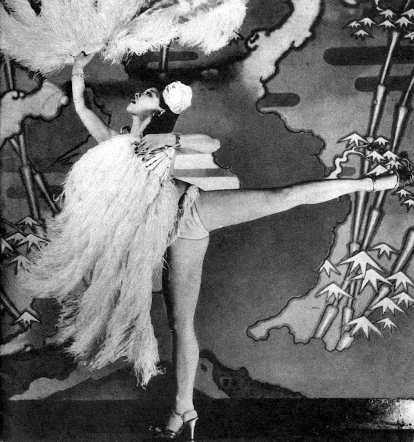 Burlesque queen Noel Toy performing a fan dance