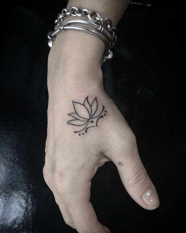 #tatuagem #tatuaje #тату #tatuaż #tatovering #وشم #黥 #รอยสัก #arte #desenho #paint #art #brasil #danturtera #guaruja #santoscity #blackwhitetattoo #mao #handtattoo #lotustattoo #lobulo #pontilhismo #lotus #femaletattoo #tatuagemfeminina #blackandwhite