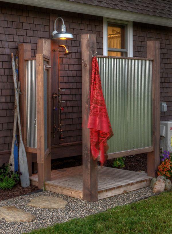 Gartendusche mit Sichtschutz aus Blech und Holz und Lampe auf dieser Seite gibts noch mehr Außenbäder