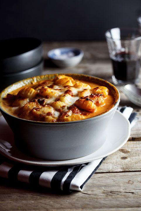 Pour rendre un plat de gnocchis en sauce encore plus gourmand, on les recouvre de mozzarella. Comment on fait ? On fait rissoler du bacon, on ajoute des tomates...