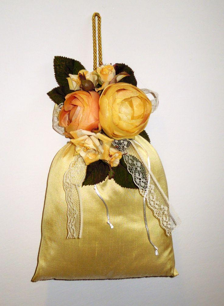 Спред ароматов тафта, чтобы висеть с желтыми лютики в кружева и банты.  Размер: 25x18 см