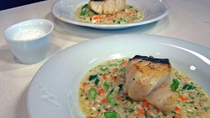 Risotto med gulrøtter, vårløk, sellerirot, rødløk og gressløk. Pannestekt torsk. Middagen er klar. Foto: Gøril Frømyr Borgen / NRK