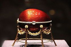 1898 - Uovo con gallina per Kelch. L'uovo è fatto d'oro, smalto rosso fragola, bianco e giallo, diamanti taglio rosetta o tagliati come una lastra sottile, pelle scamosciata. Il guscio, smaltato di rosso fragola traslucido su fondo ghiglioscé, giace su un fianco e si apre orizzontalmente in due metà incernierate, rivelando l'interno smaltato di bianco a rappresentare l'albume ed un tuorlo smaltato di giallo opaco.