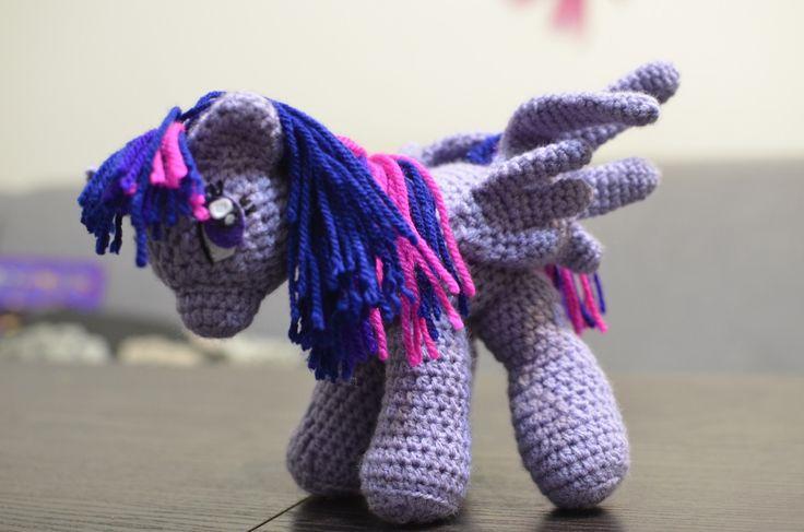 Mój pierwszy My little pony – byłarobionana zamówienie. Niestety od początku nie było między nami chemii. Głowa robiona kilka razy, róg i pysk też. Na początku wydawało mi się, że nie bedzi…