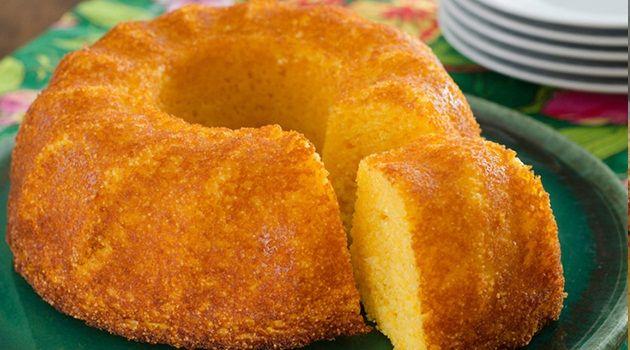 3 ovos - 1 lata de milho verde escorrida - 1 xícara de açúcar - ½ xícara de óleo - ½ xícara de leite - 1 ½ xícara de farinha de milho - 50g de queijo ralado - 1 colher (sopa) de fermento em pó para bolo