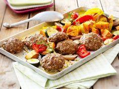 Unser beliebtes Rezept für Frikadellen vom Blech mit Ofengemüse und Süßkartoffeln und mehr als 55.000 weitere kostenlose Rezepte auf LECKER.de.