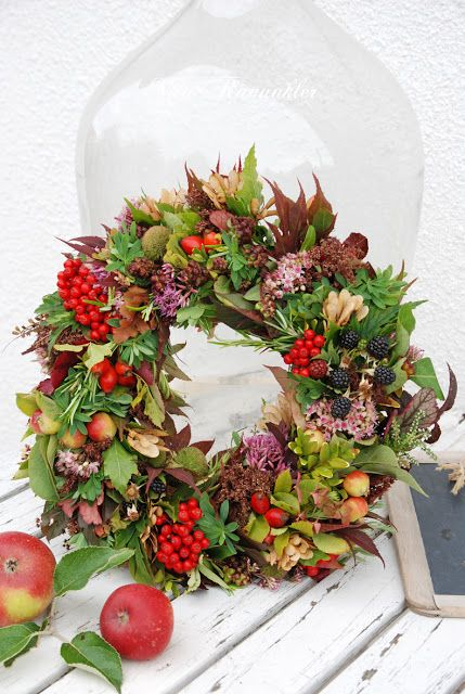 A happy Autumn wreath seen here: Vita Ranunkler: Höstkrans