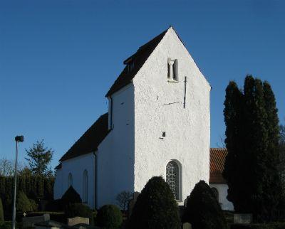 Kyrkan härstammar från 1100-talet då koret byggdes. Sedan dess har kyrkan byggts om ett flertal gånger. Kyrkans huvudentré vetter mot söder då besökarna förr kom med båt från den numera sänkta Krankesjön.  De äldsta inventarierna är dopfunten samt en skulptur med Jungfru Maria och Jesusbarnet som härstammar från medeltiden. Predikstolen med sexsidig korg är från 1578.