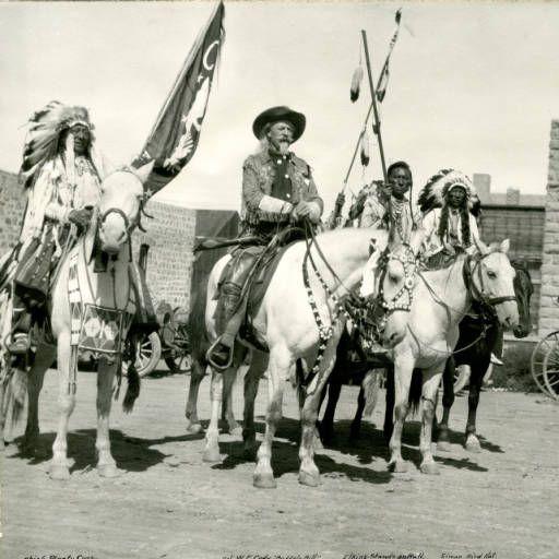 William F. Cody, Вождь Plenty Coups, Elkins-Stands-on-Bull, Simon Bird Hat. Сентябрь 1913 года.