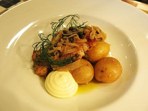Sprödbakad torskfilé, sardell och kapris samt kokt potatis och majonäs.