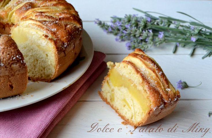Il ciambellone con le mele, un dolce facile e molto soffice ideale per la colazione di grandi e bambini.