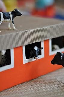 Quelle bonne idée : transformer une boite de chaussures en étable ! On peut proposer aux plus grands de peindre la boite puis faire la découpe des fenêtres sous leur oeil vigilant - Build a shoe box barn.