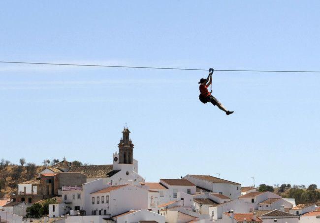 Entre las localidades de Sanlúcar de Guadiana y Alcoutim funciona la tirolina más larga de España y la primera tirolina transfronteriza del mundo.
