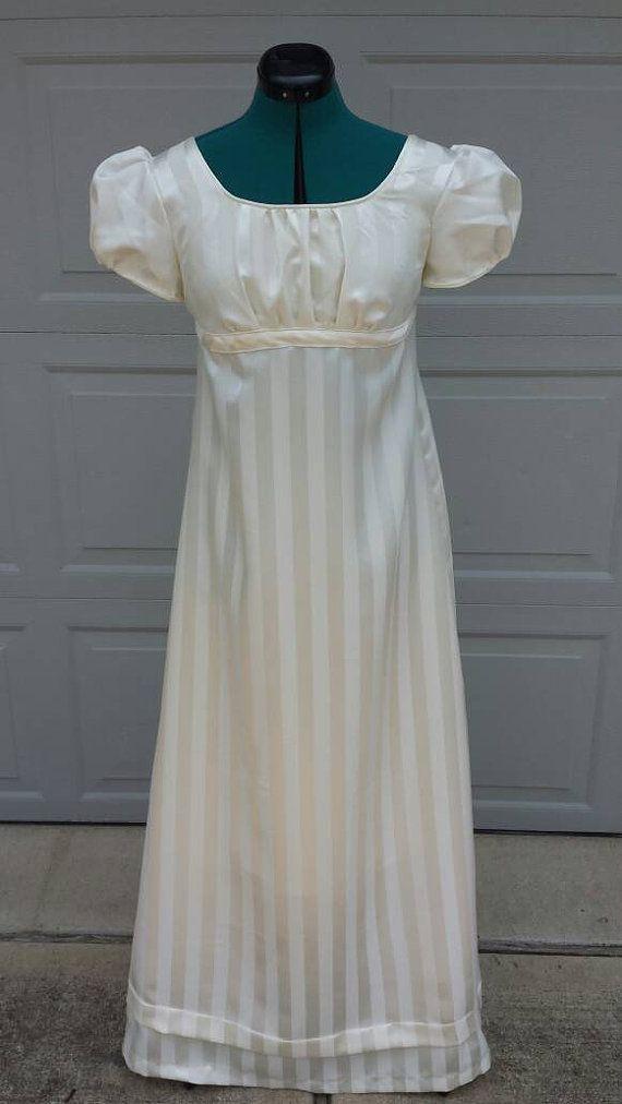 Préparez-vous à danser avec Monsieur Darcy dans votre propre Elizabeth Bennet inspiré robe de bal de Netherfield!! La robe a une encolure ronde et manches courtes bouffantes avec un flatteur froncé du corsage. Le dos fermeture avec boutons le fluide jupe a un pli dans le bas Idéal pour une danse à venir ou un événement de Jane Austen!!! Robe est correct pour l'époque de « Regency » modes de 1800-1825 et est conçu pour être porté sur les sous-vêtements période complètes, y compris les séjo...