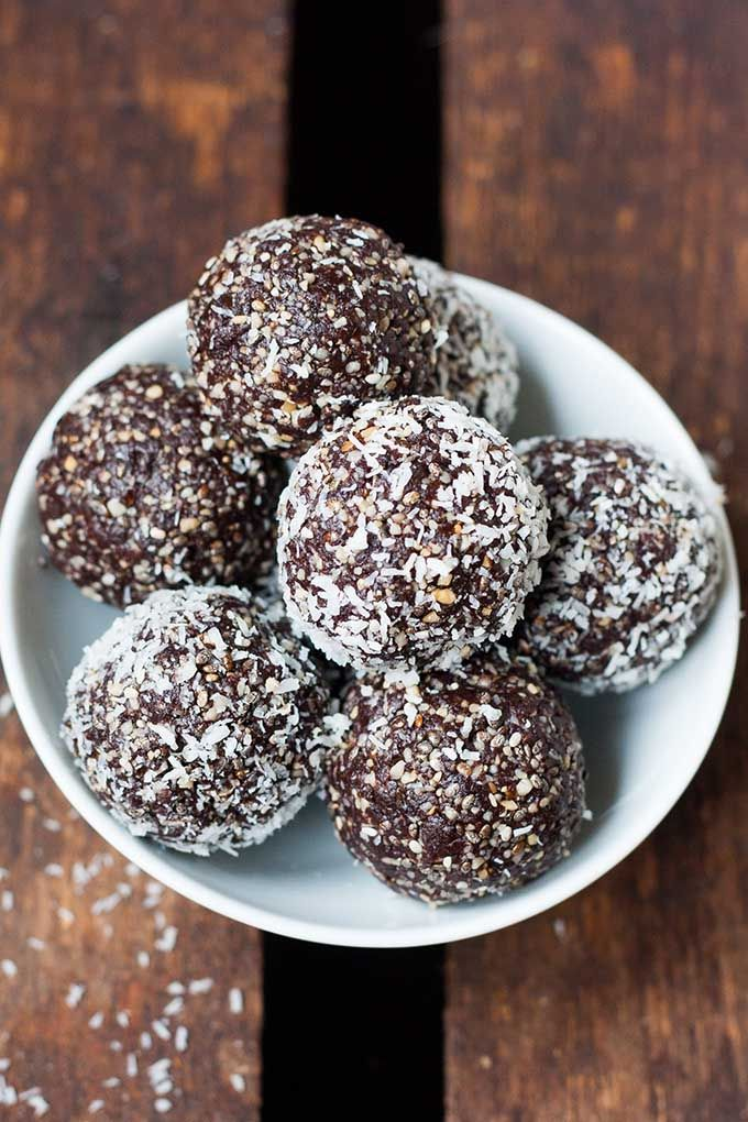 No Bake Schoko Erdnuss Energy Bites. Dieses 7-Zutaten Rezept ist schnell gemacht und der perfekte Snack für zwischendurch. Schokolade und Erdnuss geht einfach IMMER - kochkarussell.com