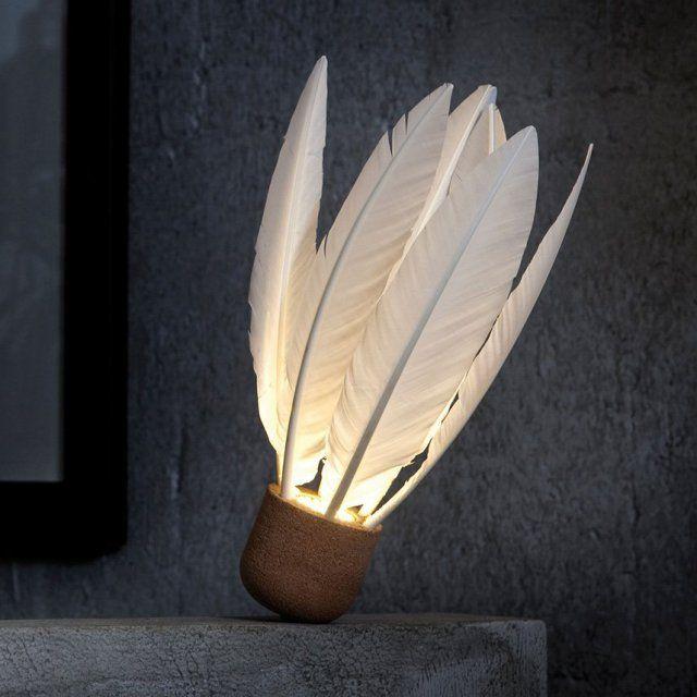 Lampe en liège, L'atelier des exercices. Taille XXL, ce drôle de volant de badminton est en fait une ravissante lampe à poser.