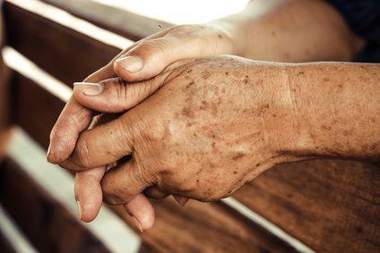 TÂCHE DE VIEILLESSE: Les tâches brunes que l'on appelle aussi « tâches de vieillesse » ou « tâches de soleil » peuvent apparaître à tout âge sur les zones du corps exposées au soleil: le cou, le décolleté, le visage et les mains. RECETTE : 20 gouttes d'huile essentielle de carotte + 20 gouttes d'HE de géranium + 10 gouttes d'ylang ylang à diluer dans 50 ml d'huile végétale d'argan. Laissez reposer 4 jours pour la synergie puis appliquez 2 fois par jour.