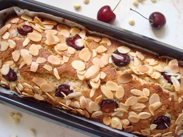 Třešňový chléb s mandlemi a bílou čokoládou   Cherry Almond White Chocolate Quick Bread - www.vune-vanilky.cz