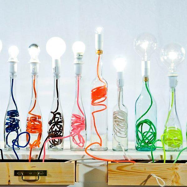 Vila do Artesão - Garrafas de vidro supracicladas em luminárias de mesa
