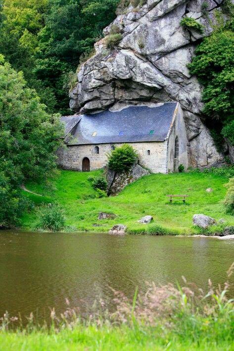La Chapelle Saint-Gildas fut construite au XVIème siècle dans une grotte naturelle où aurait vécu en ermite Saint-Gildas. A quelques mètres de l'édifice, la rivière du Blavet.
