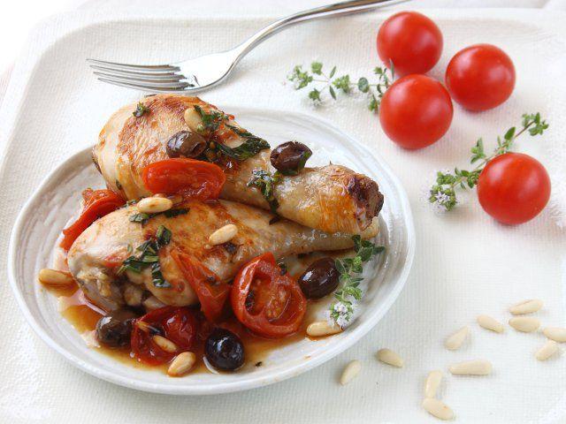 Oggi andiamo in Liguria, alla scoperta di un piatto gustoso che si prepara usando fusi di pollo, olive, pinoli e pomodori. Ecco le cosce di pollo alla ligure. Deliziose, non trovi?