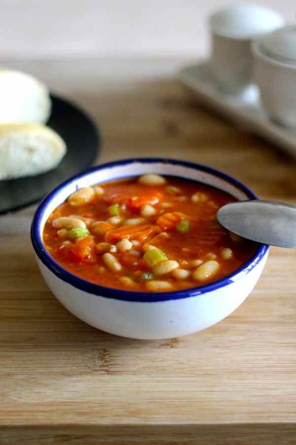 La fasoláda est une soupe traditionnelle grecque et chypriote à base de haricots blancs, huile d'olive et légumes.